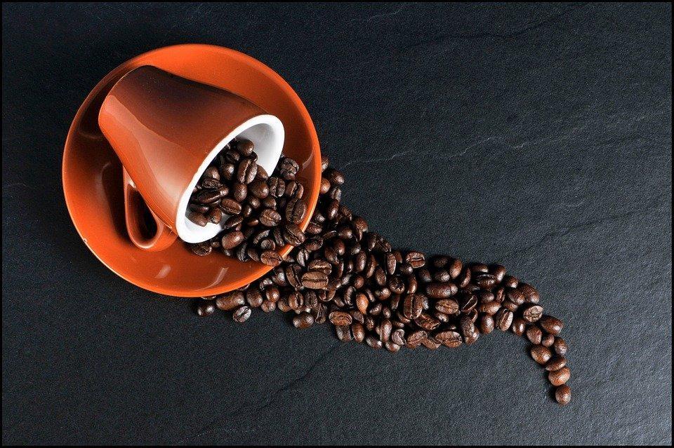 https://cdn.pixabay.com/photo/2013/08/11/19/46/coffee-171653_960_720.jpg
